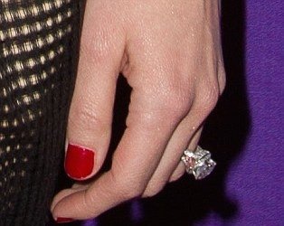 Amber Heard flashes $100K diamond engagement ring from Johnny Depp