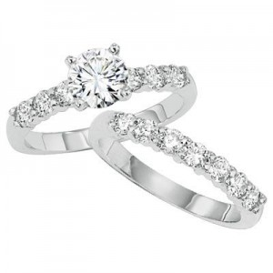 Shared prong wedding set
